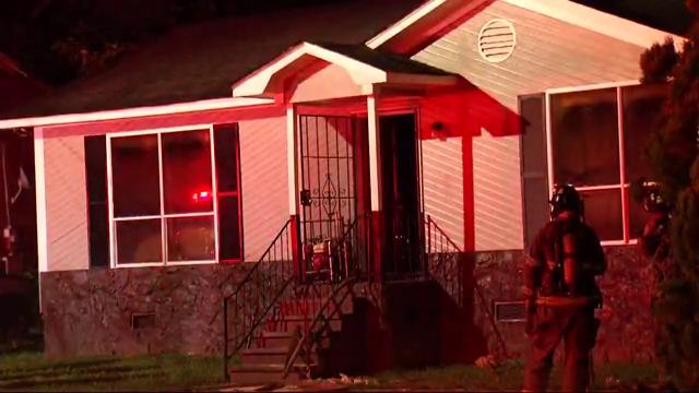 Policía investiga homicidio, después de encontrar 2 cadáveres en una casa en llamas
