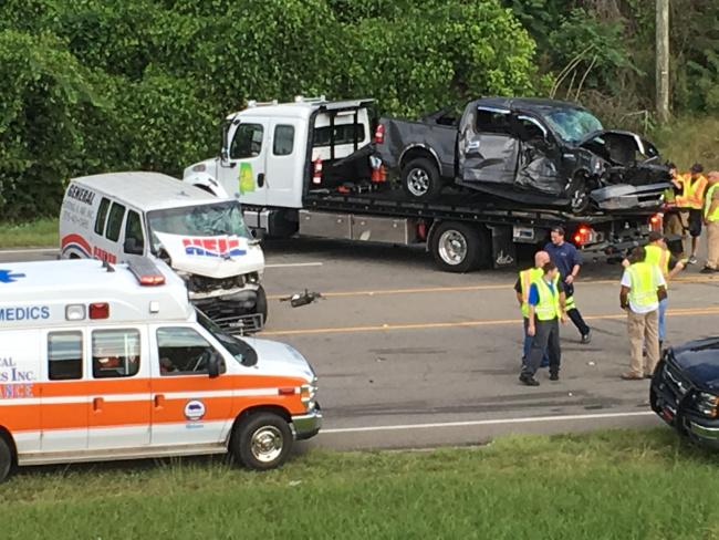 1 persona expulsada y 4 transportados al hospital, después de un accidente de cinco vehículos