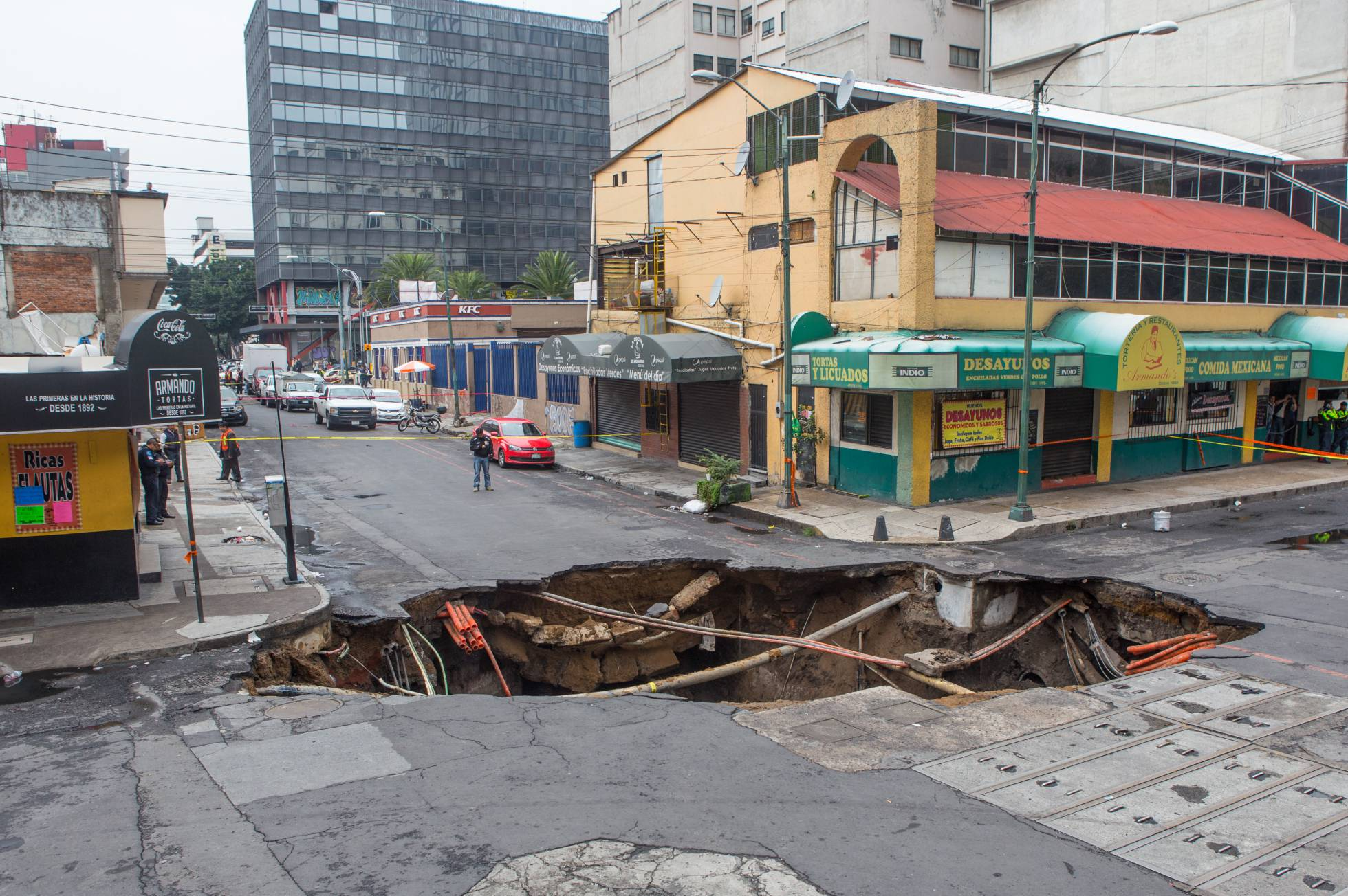 Las fuertes lluvias abren un inmenso socavón en Ciudad de México