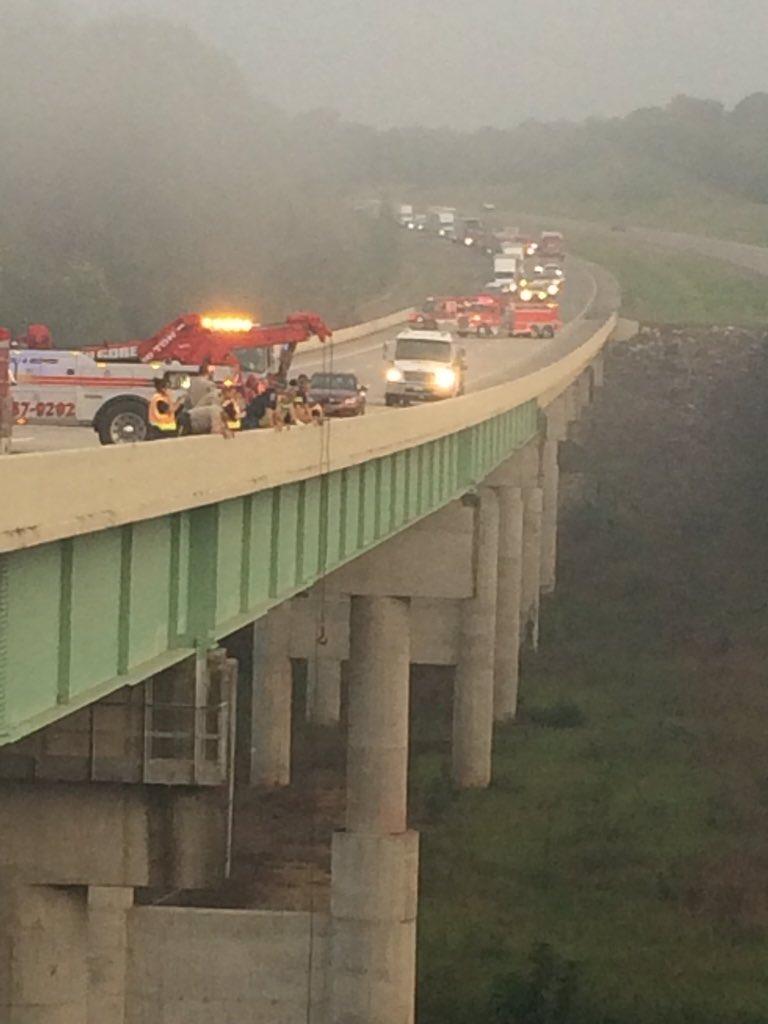 Automóvil que iba sobre el puente cae al Warrior River en la I-22