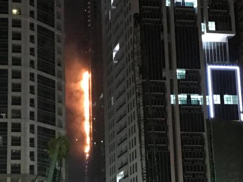 Impresionante incendio en la Torre Antorcha de Dubai