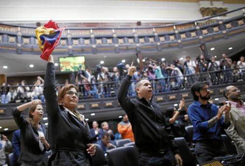 La policía militar toma el Parlamento venezolano para evitar que la oposición se atrinchere