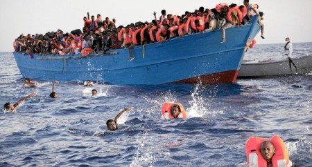 refugiados se lanzan al mar