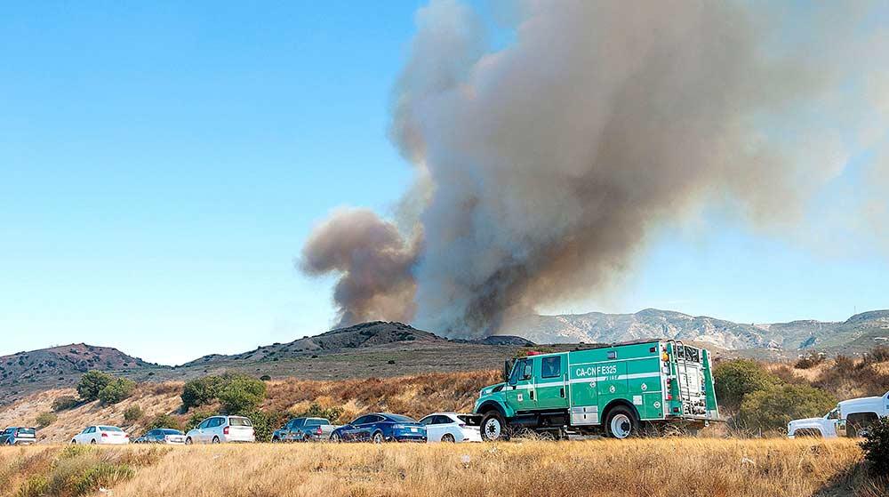 Evacuan a cientos en California por incendio forestal