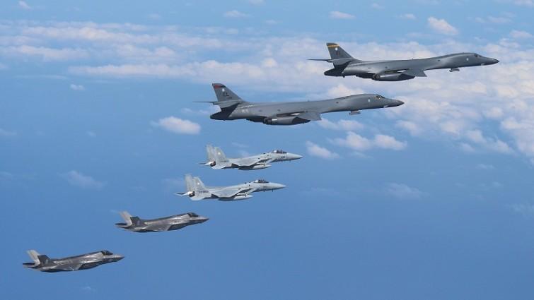 Pyongyang moviliza aviones tras el envío de bombarderos de EEUU