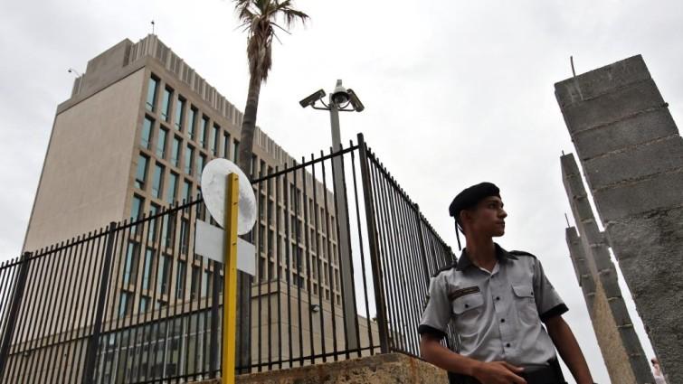 EE UU reduce a la mitad su personal diplomático en Cuba