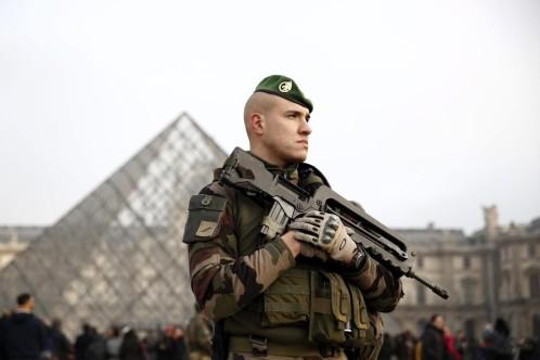Un hombre armado con un cuchillo trata de agredir a un militar en París