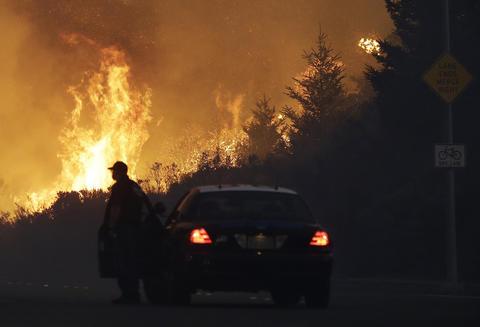 Al menos 13 muertos y 20.000 evacuados por los incendios en California
