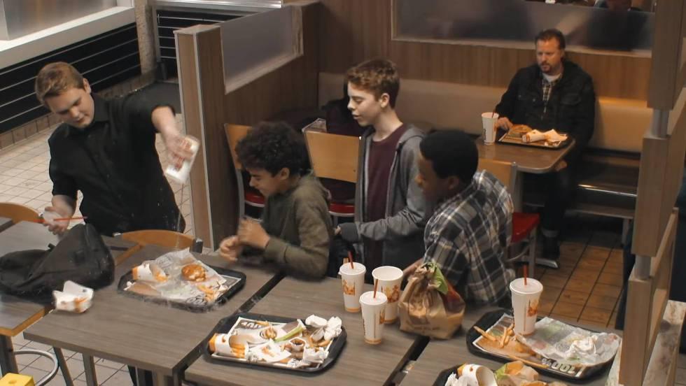 Una campaña muestra cómo la gente 'salvaría' antes su hamburguesa que a un chico que sufre acoso