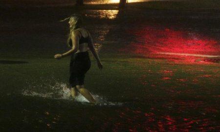 mujer anda por calles inundadas