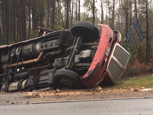 Camión de 18 ruedas se volcó cerca de la I-20/59 en el área de McCalla