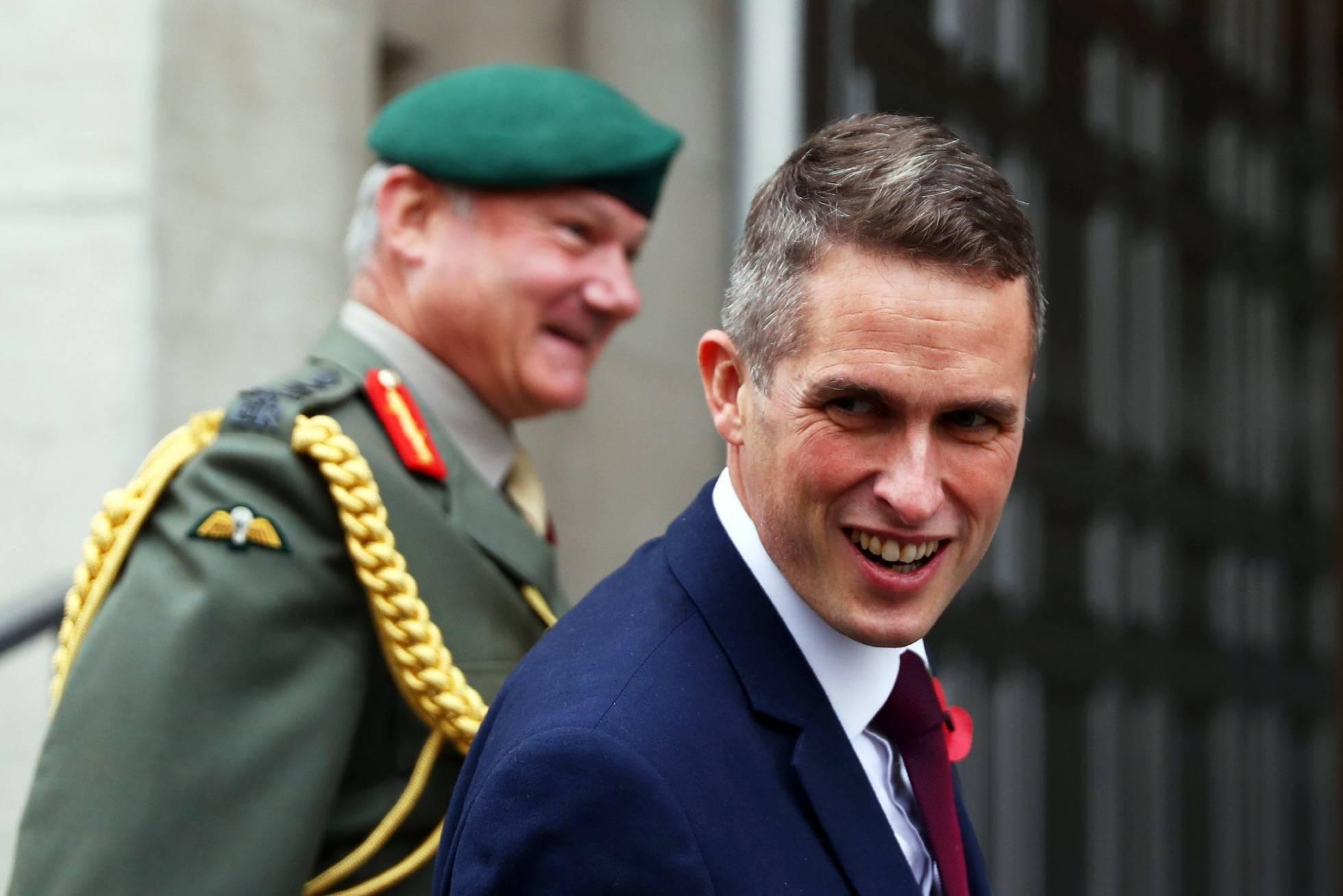May nombra a un nuevo ministro de Defensa entre críticas de sus diputados