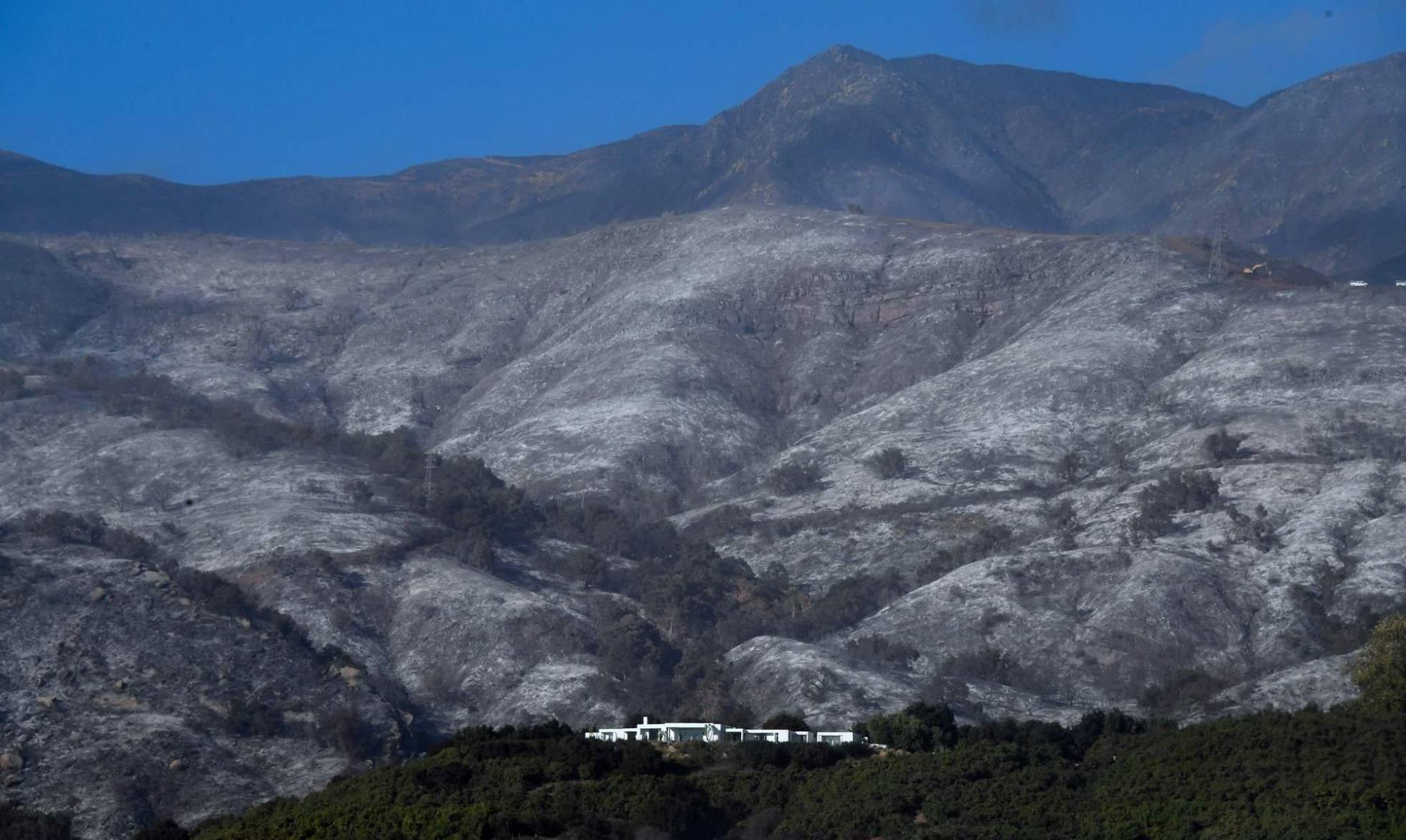 colinas arrasadas por el incendio