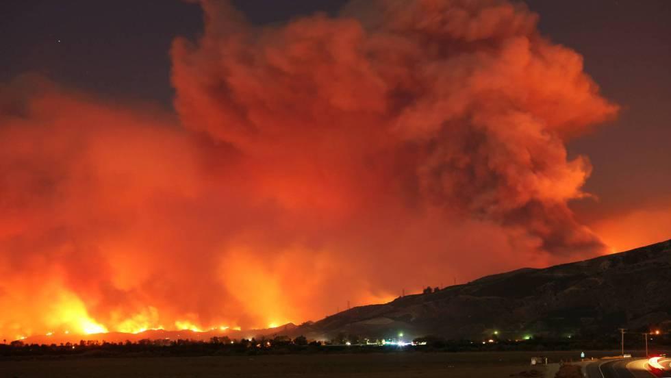 27.000 evacuados por un incendio masivo en el sur de California