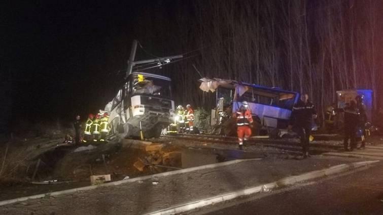Seis niños muertos tras embestir un tren a un autobús escolar en Francia