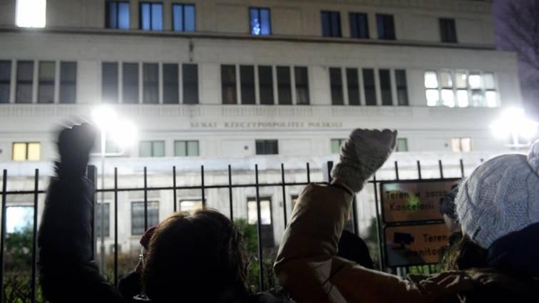 Bruselas activa el proceso para suspender el derecho a voto de Polonia