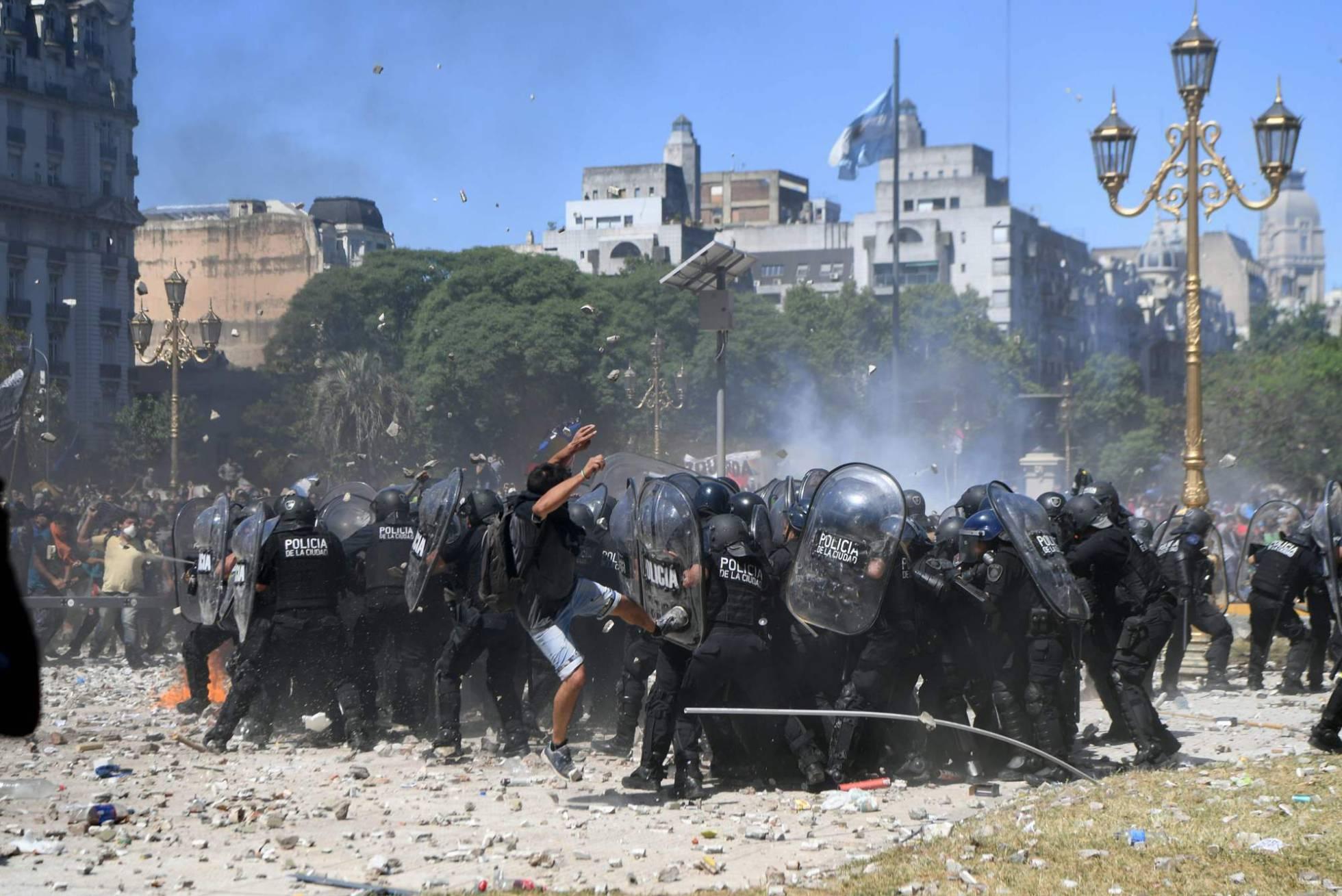 Batalla campal en Buenos Aires para frenar la reforma de las pensiones