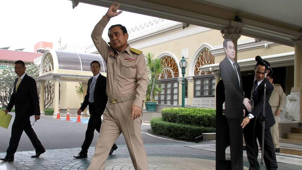 El primer ministro tailandés coloca un doble de cartón para que 'responda' a la prensa
