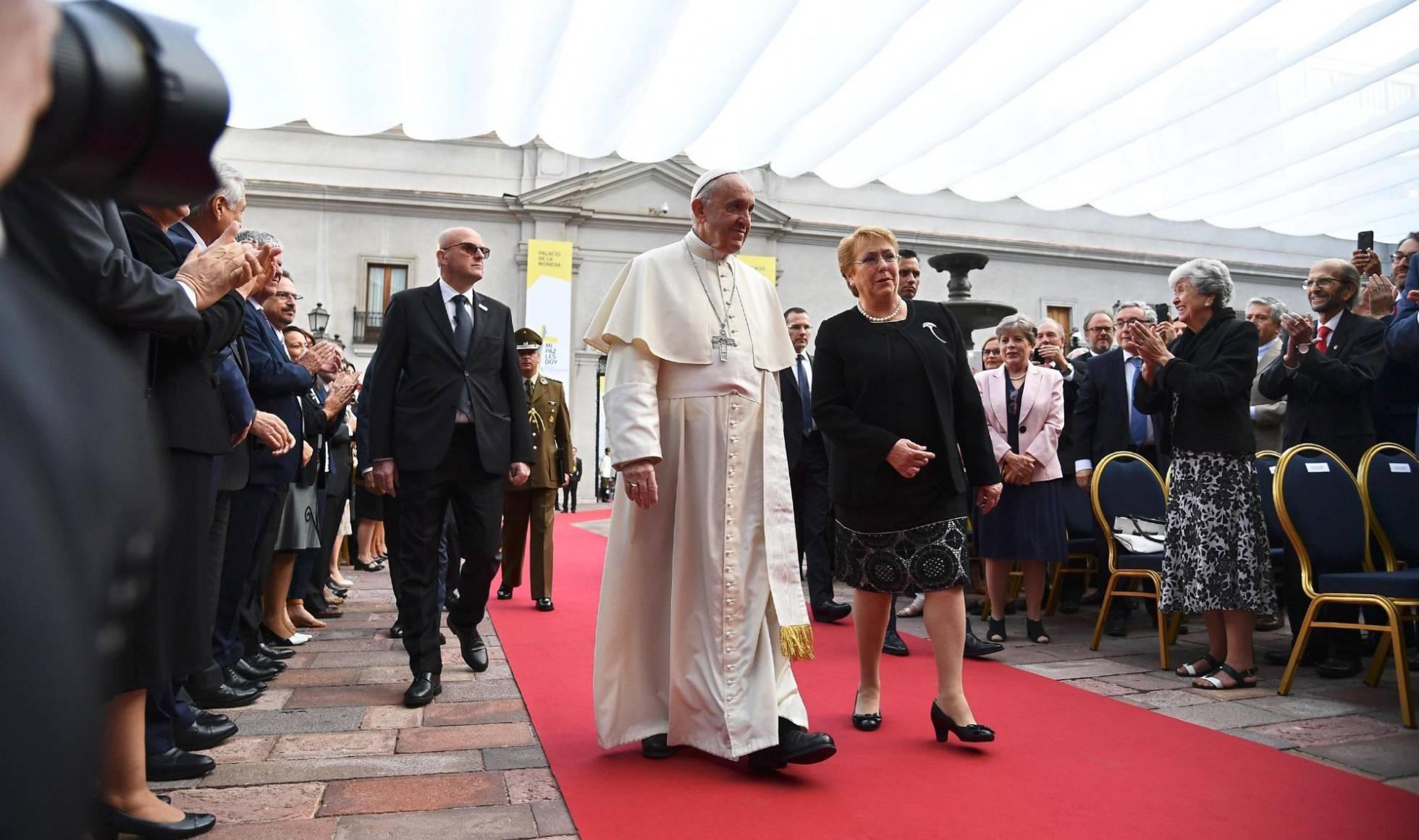 """El Papa siente """"dolor y vergüenza"""" por los abusos sexuales de la iglesia chilena"""