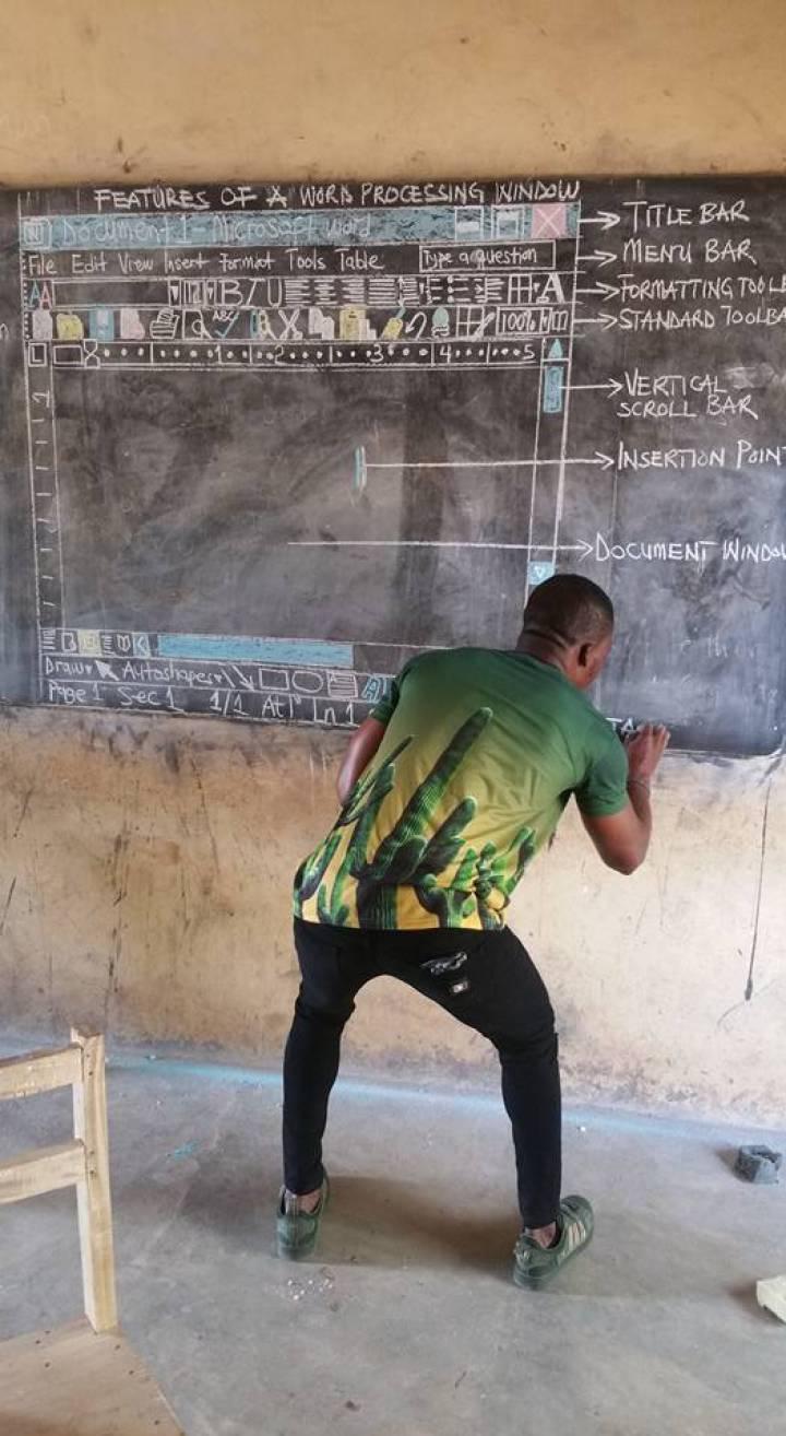 El profesor que enseña Word con tiza y pizarra