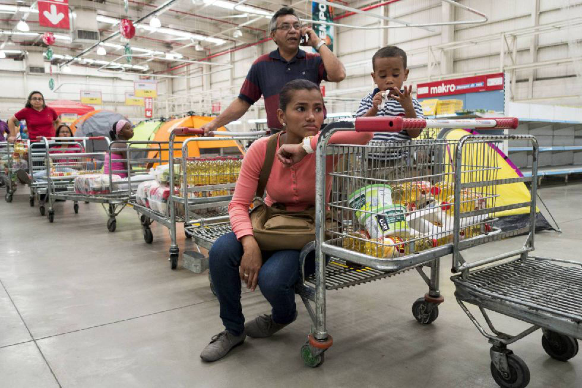 familia venezolana comprando viveres