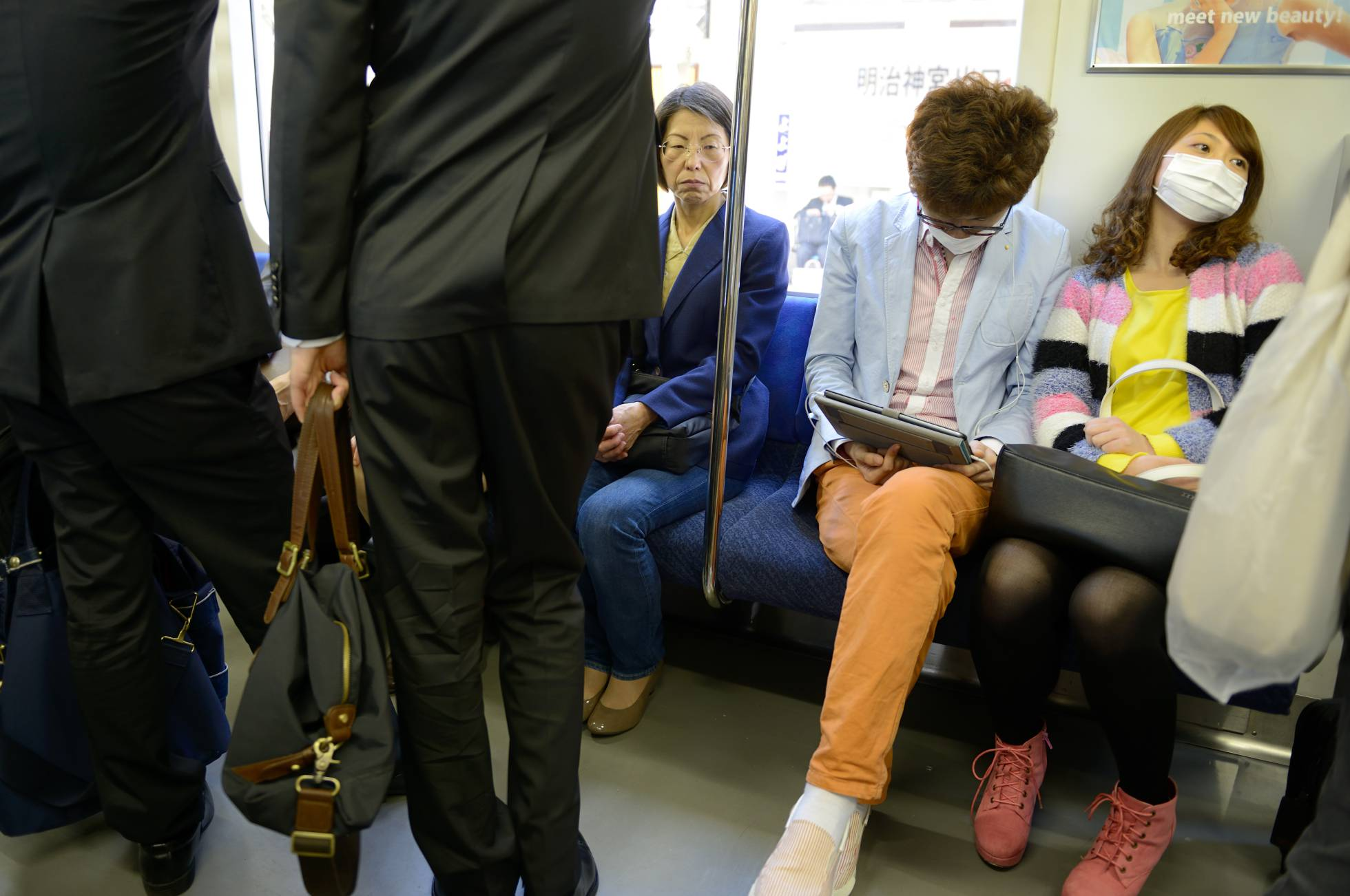 Un hombre de 62 años apuñala a otro de 34 por negarse a cederle un asiento en un tren de Japón