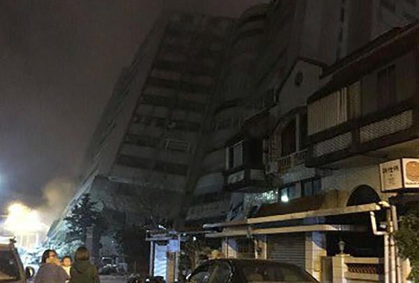 Un terremoto de 6,4 en Taiwán deja a decenas de personas atrapadas bajo edificios derrumbados