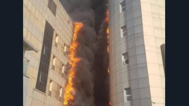 Un aparatoso incendio devora un hospital universitario en Turquía
