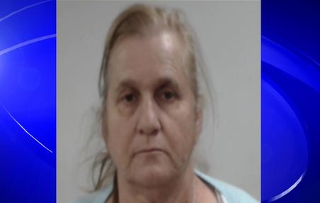 La policía de Pell City, arresta a una mujer por vender flores robadas de tumbas