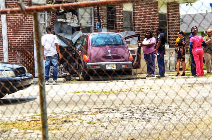Automóvil se estrella en asilo de ancianos de Birmingham