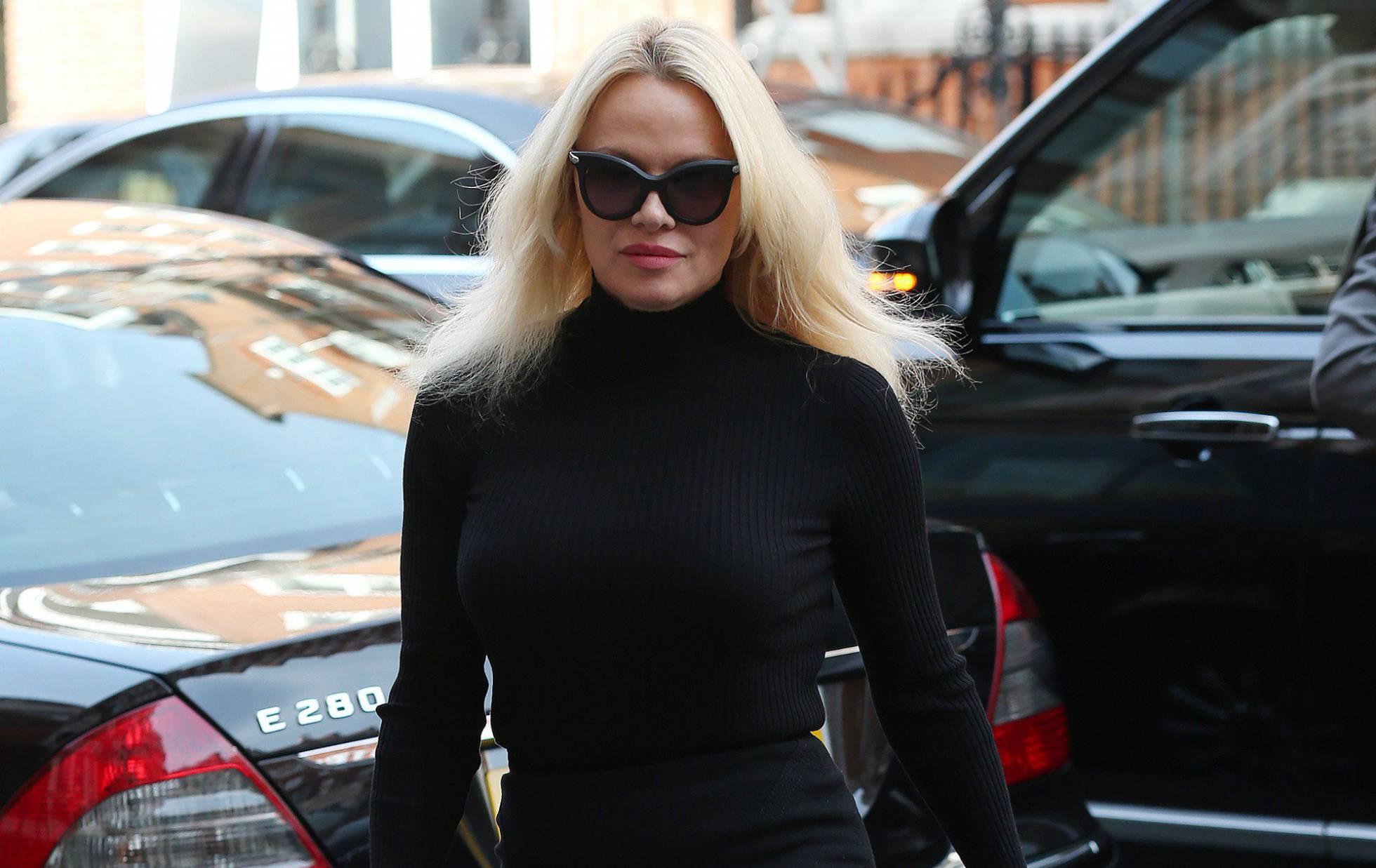 Pamela Anderson cuenta los 'secretos' de sus citas con Assange, Putin y Trump