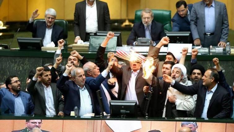 Diputados iraníes queman una bandera de EE UU en el Parlamento