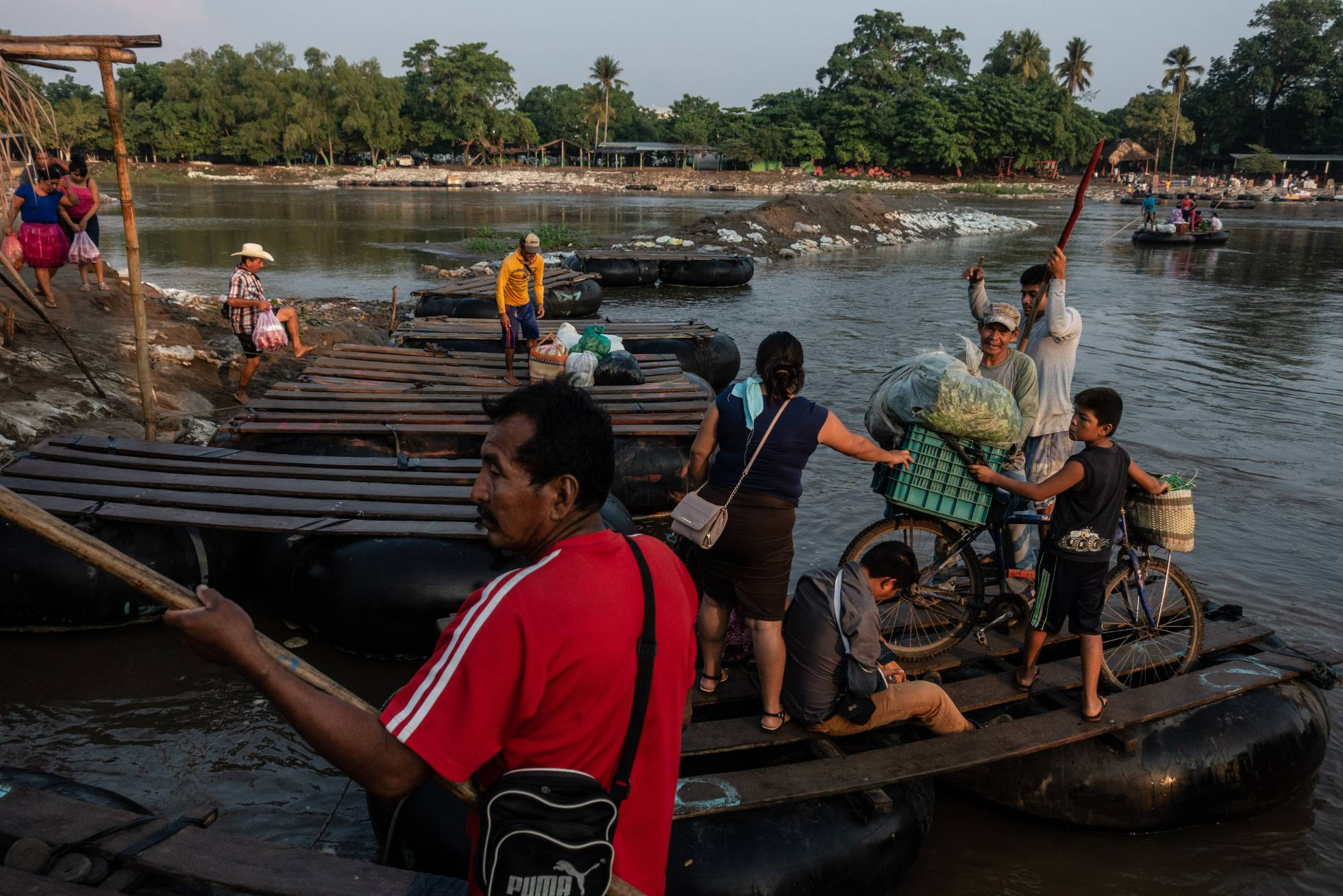 personas en rio Suchiate