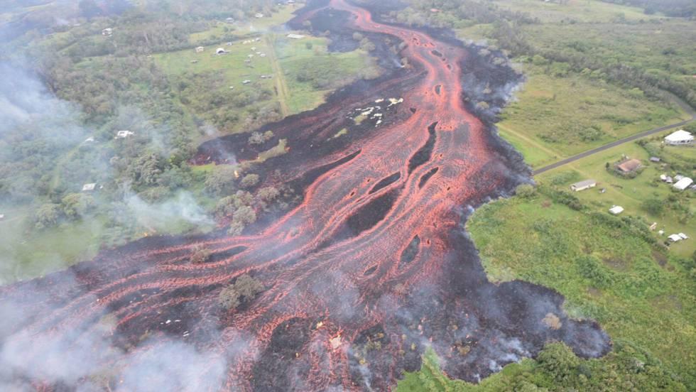 La lava del volcán Kilauea se aproxima a una planta geotérmica con sustancias inflamables