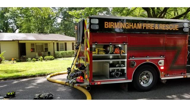 Departamento de Bomberos de Birmingham acuden a un incendio en una casa