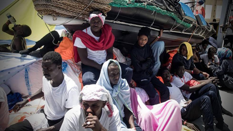 España acogerá al barco 'Aquarius' con más de 600 migrantes a bordo