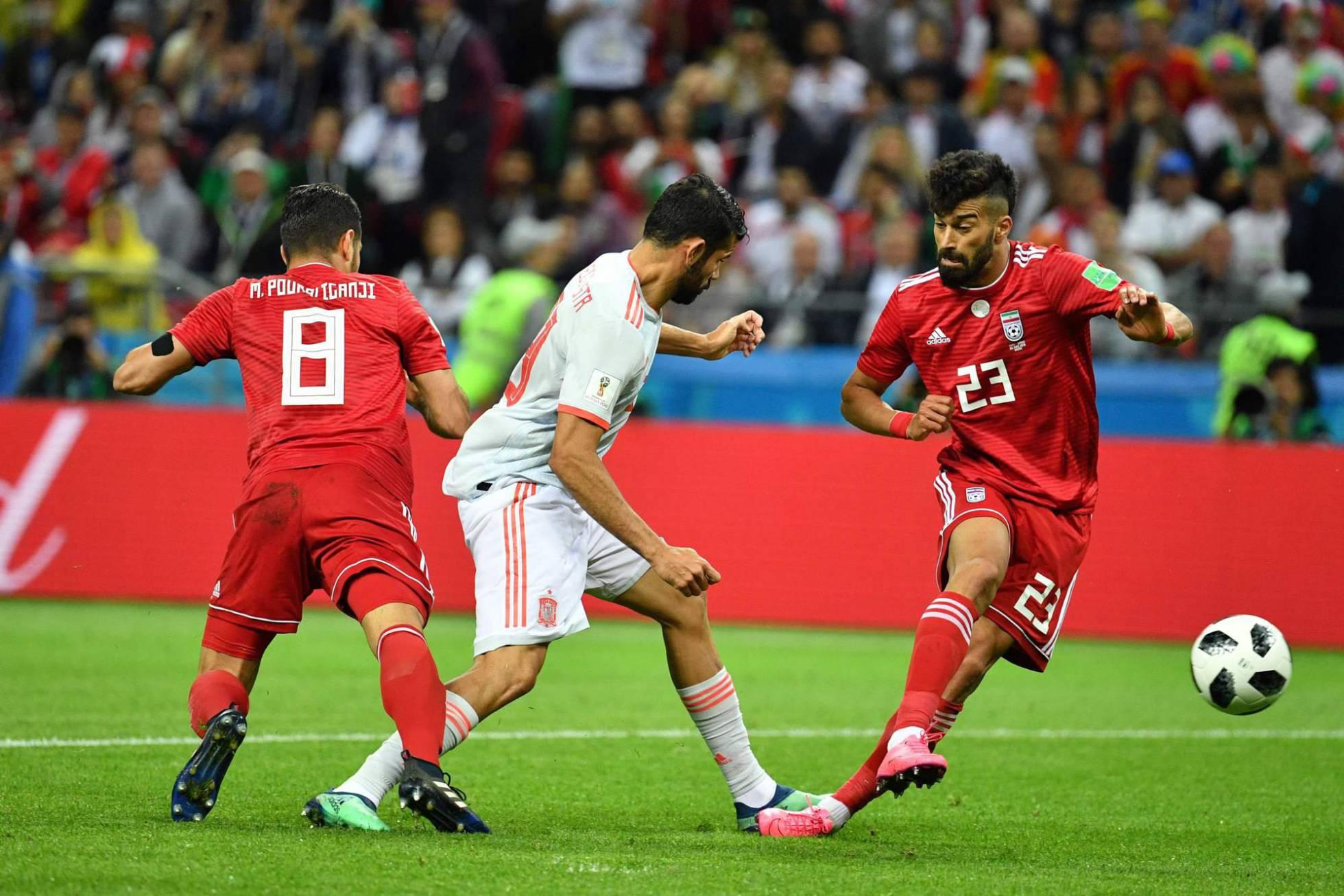 España gana a Irán de rebote y con el VAR