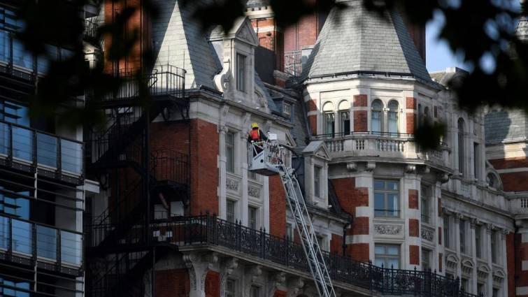 Más de 100 bomberos trabajan en un incendio en un hotel de lujo de Londres