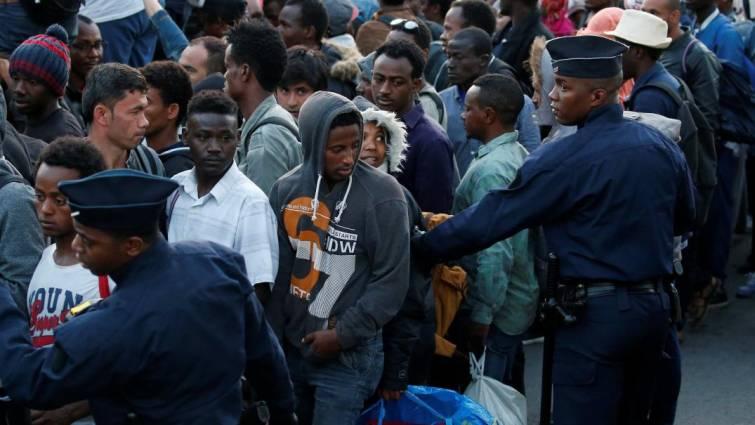 Denuncian prácticas de la policía francesa: rajar zapatos de niños inmigrantes o dejarlos sin comida