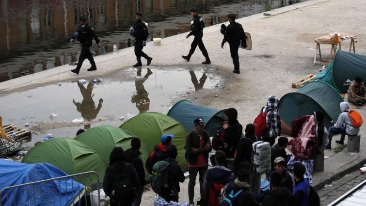 La policía evacúa dos campamentos con un millar de inmigrantes en París