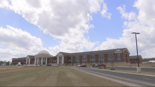 Trabajador muere después de recibir una descarga eléctrica, afuera de las instalaciones atléticas de Thompson High School