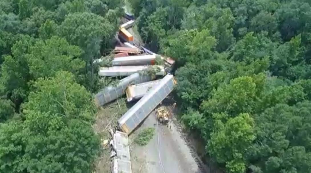 Descarrilamiento de tren bloquea 2 cruces ferroviarios en la ciudad de Pell