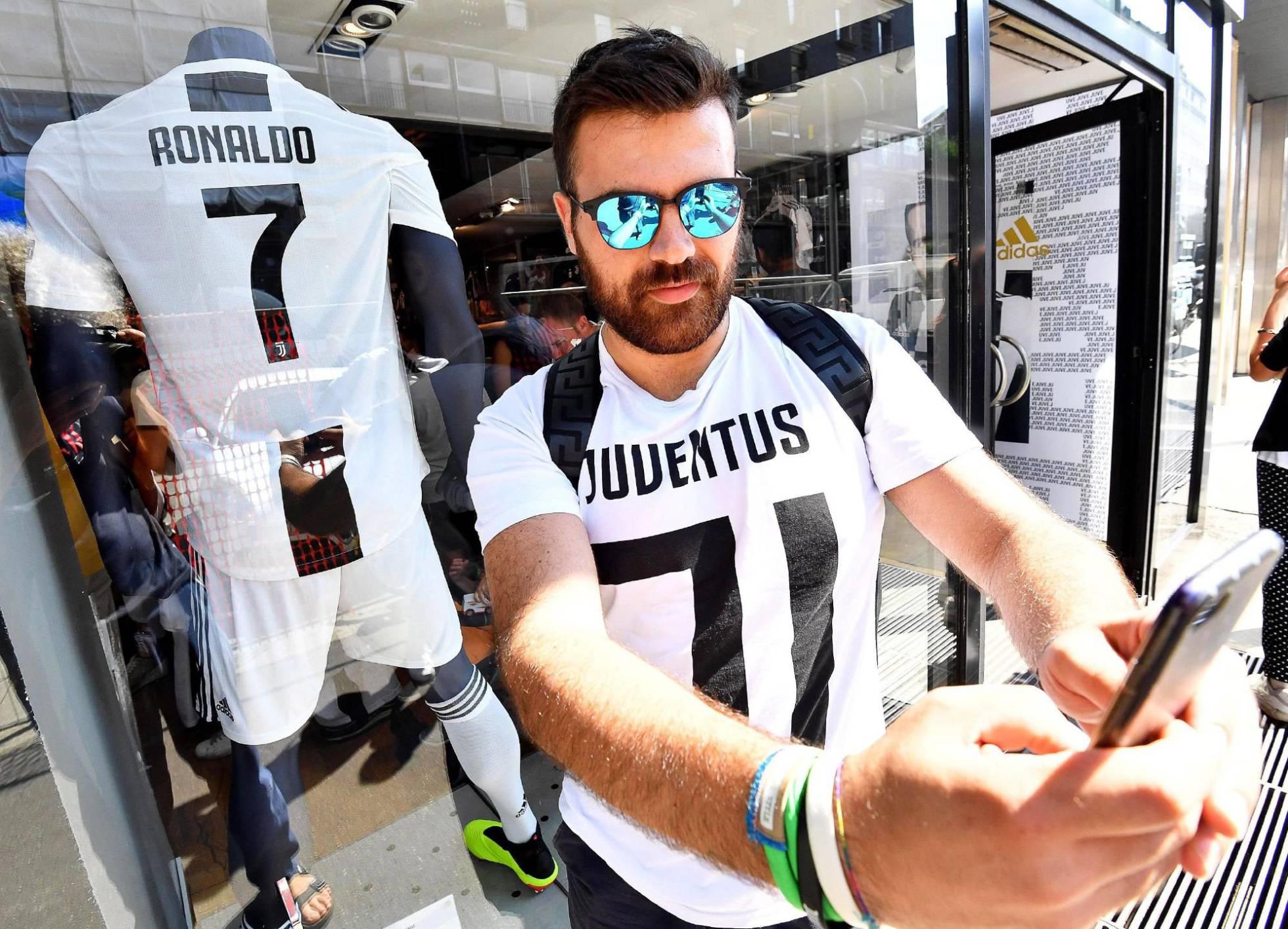 Los trabajadores de una fábrica de Fiat, en huelga por el fichaje de Cristiano Ronaldo