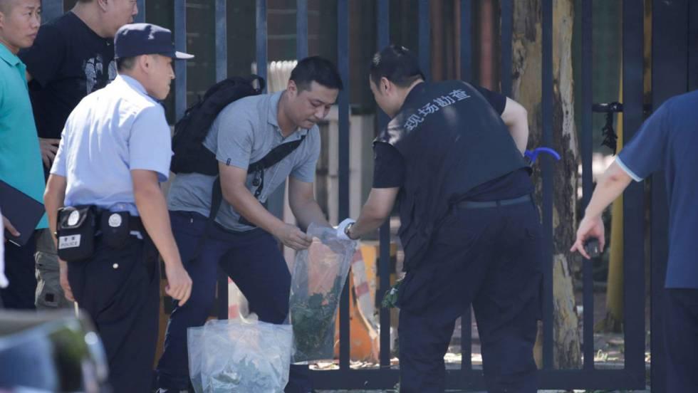 Un hombre detona un artefacto explosivo casero ante la embajada de EE UU en Pekín