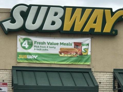 """Restaurante Subway cerró para """"volver a entrenar""""  a sus empleados, después de que el gerente usara supuestamente, difamación racial en video"""