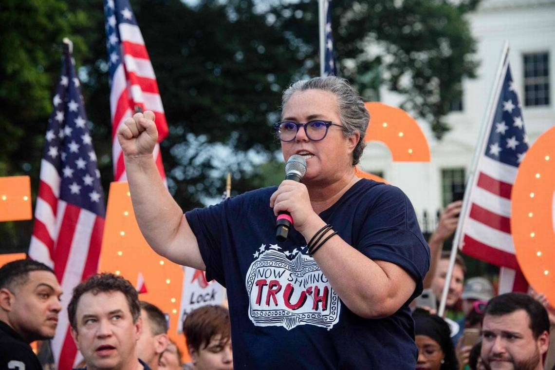 Canciones de Broadway contra Donald Trump en la puerta de la Casa Blanca