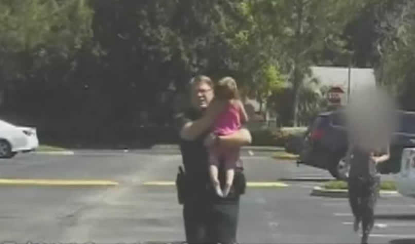 Un policía de Florida rescata a una niña de tres años a la que su madre dejó olvidada 12 horas en un coche