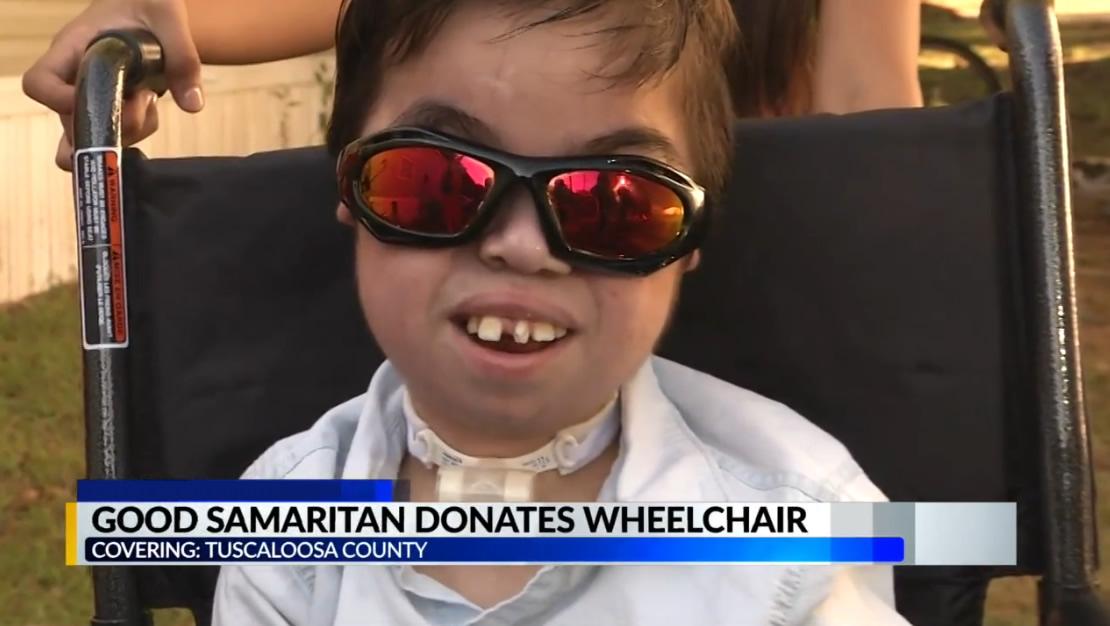 Un buen samaritano en el condado de Tuscaloosa, dona una nueva silla de ruedas a familia necesitada