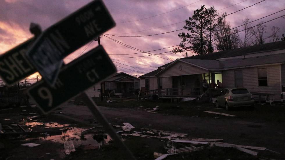 'Michael' deja un rastro de destrucción a su paso por Florida
