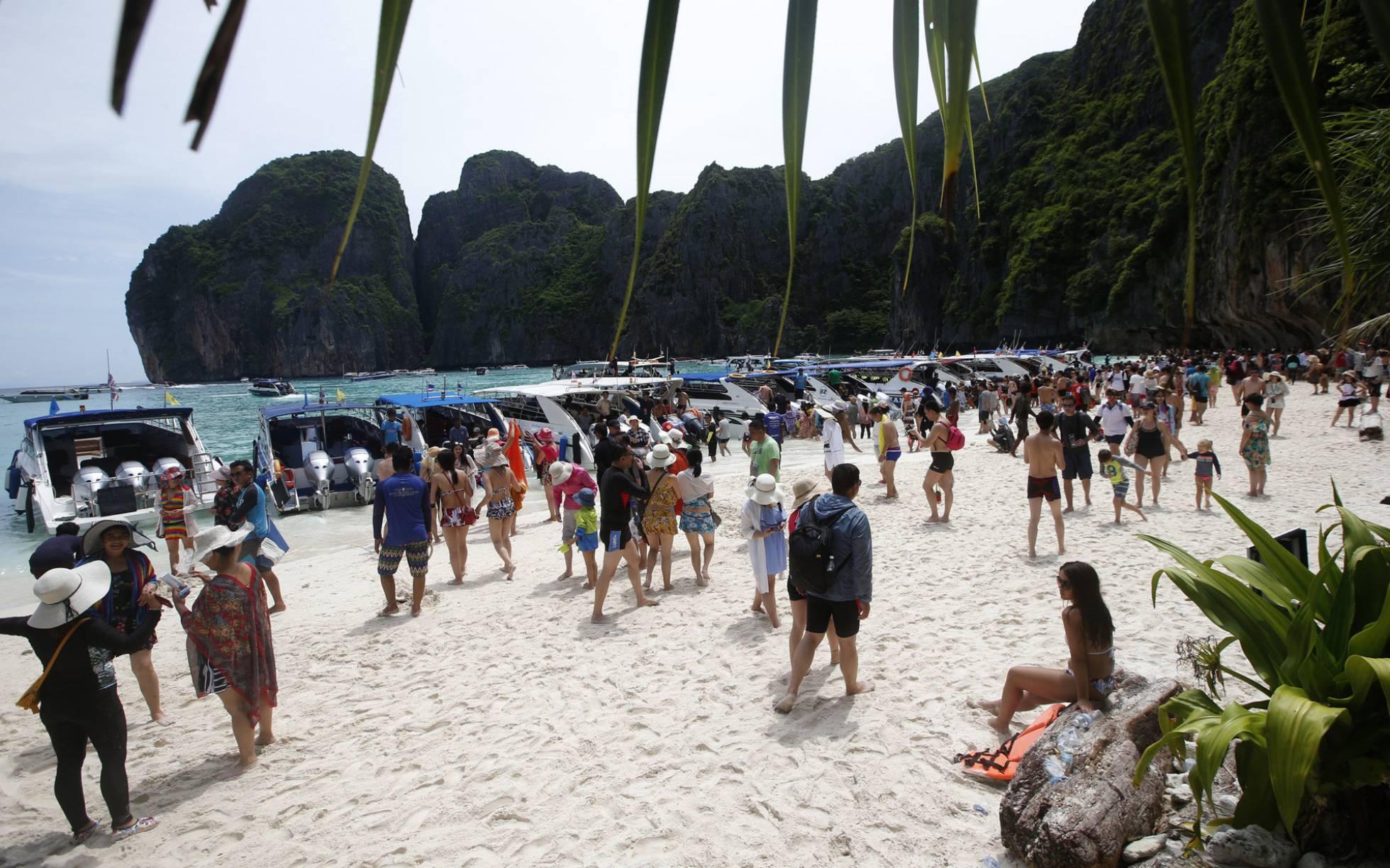 La invasión de turistas obliga a cerrar indefinidamente la playa tailandesa donde grabó Leonardo di Caprio